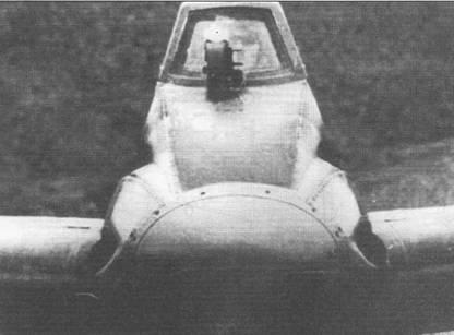 Кабина штурмовика Hs-129 была чрезвычайно тесной, при закрытом фонаре голова летчика с трудом помещалась внутри. Близкое к треугольному сечение фюзеляжа было выбрано для упрощения технологии производства, снижению трудоемкости технологических процессов в военное время придавалось огромное значение. Две автоматические пушки MG-151/ 20 калибра 20 мм установлены в верхней части фюзеляжа, два 7,92-мм пулемета MG-17 монтировались под пушками.