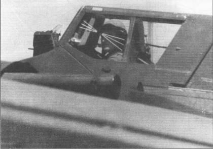 Летчик Хеншеля Hs-129B-1 закрыл фонарь кабины, через мгновенье самолет пойдет на взлет. Форма фонаря кабины оставалась неизменной на всех модификациях Hs-129. Обратите внимание на нанесенные на боковое остекление фонаря линии, которые облегчали летчику выдерживание угла пикирования. Линии нанесены под углами 10, 20 и 30 градусов к горизонту.