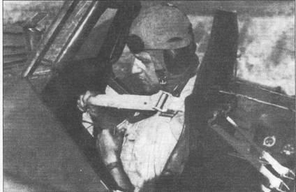 Лейтенант Леонид Сотропа Королевских ВВС Румынии пристегивает привязные ремни. Летчик готовится к вылету на боевое задание. Обратите внимание на металлический щиток с уголками, установленный перед козырьком фонаря кабины рядом с прицелом Реви, которые помогали летчику удерживать самолет на пикировании в горизонте.