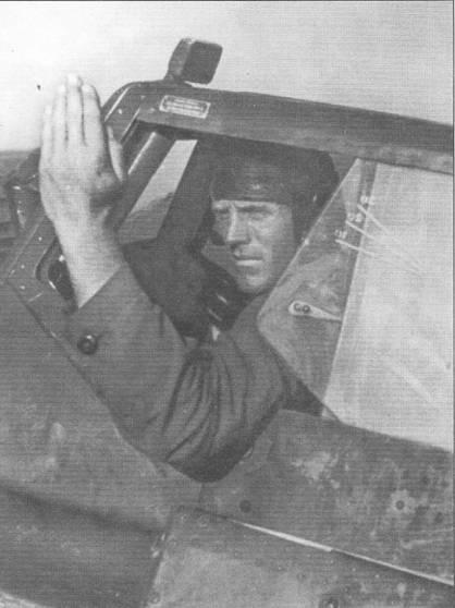 Летчик штурмовика Hs-129 В-2 подает сигнал наземному персоналу о своей готовности к взлету. Передняя часть бокового остекления фонаря кабины Hs- 129 выполнялась сдвижной по направлению полета. Обратите внимание на зеркало заднего вида, закрепленное на козырьке фонаря кабины.