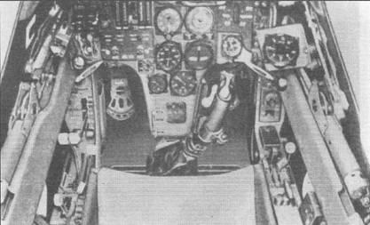 Кабины штурмовиков Hs-129B-2 поздних выпусков и Hs-129B-3 практически не отличались друг от друга. На приборной доске расположены основные пилотажно-навигационные приборы и индикаторы состояния оружия, приборы контроля двигателей смонтированы на внутренних сторонах мотогондол. Ручка управления (на снимке) несколько отклонена к левому борту. Интерьер кабины окрашен в черно-серый цвет (RLM66, FS36081).