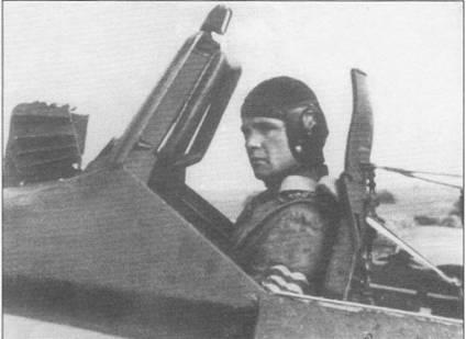 В кабине штурмовика сидит один из лучших пилотов Hs-129 гауптман Рудольф Руффер. Обратите внимание на установленный на спинке кресла бронезаголовник толщиной 6 мм. Кожаная обшивка вдоль рамы козырька кабины предохраняла голову летчика от ударов при резком маневрировании или грубых посадках.