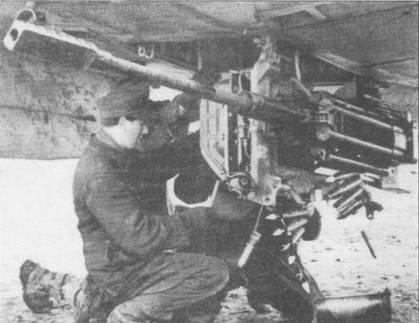 Оружейники заправляют 100-снарядную ленту к 30-мм пушке МК-103, подвешенной под фюзеляжем штурмовика Hs-129. Прямоугольный дульный тормоз уменьшал силу отдачи пушки при стрельбе. Снаряды пушки МК-103 пробивали броню толщиной до 75 мм с дистанции 300 м.