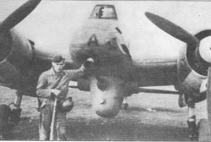 Механик люфтваффе позирует на фоне вооруженного мощной 37-мм пушкой ВК-3,7 (Bordkanone). Ствол пушки снабжен пламегасителем, чтобы яркие вспышки выстрелов не слепили пилота. На оснащенных 37-мм пушками самолетах фюзеляжные пулеметы калибра 7,92 мм демонтировались.