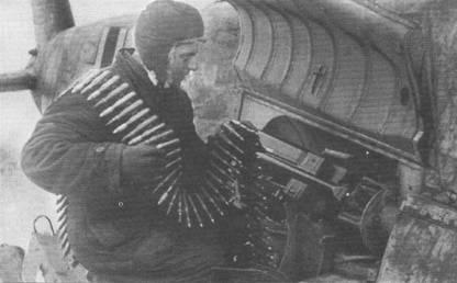 Оружейник люфтваффе заправляет в магазин 125-снарядную ленту к 20-мм бортовой пушке MG-151/20 штурмовика Hs-129B-2 из 10.(Pz)SG-9. Створка отсека вооружения откинута вверх. За цвет своей формы механики люфтваффе получили прозвище «негры». На голове «негра» одет меховой шлем – не последняя по важности вещь в условиях крутой русской зимы.