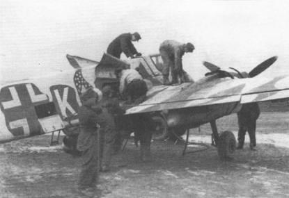 Техническое обслуживание штурмовика Hs-129B-2 белая «К», Восточный фронт, Украина, начало 1944 г. Один техник заливает горючее в крыльевой топливный бак правой плоскости, оружейники заняты боекомплектом к 20- мм пушке MG-151/20. Самолет принадлежал 10.(Pz)SG-9.