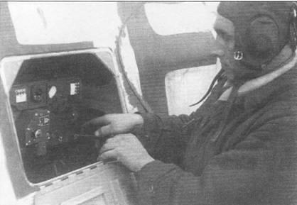 Механик работает с бортовой радиостанцией FuG-16Z самолета Hs-129B-2, Восточный фронт, начало 1944 г. Радиостанция устанавливалась в центральной части фюзеляжа, непосредственно за пушкой MG-151/20. Летчик штурмовик должен был постоянно иметь надежную связь с землей, чтобы вовремя получать команды наведения.