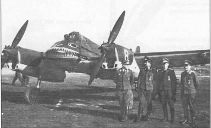 Прикомандированные для переучивания на новую технику к Erganzungszerstorergruppe пилоты люфтваффе позируют на фоне белой «восьмерки» – штурмовика Hs-129A-0 (W.Nr. 3008 GM+OE). На самолетах модификации «А» и Hs-129 В первых выпусков в левой плоскости крыла имелась большая посадочная фара. Самолет с бортовым номером «8» белого цвета разбился в Польше 15 июля 1942 г. в результате летного проиcшествия.