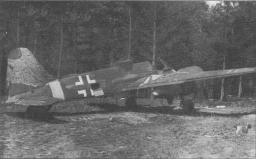 Союзные войска обнаружили этот Hs-129 В-2 весной 1945 г.на аэродроме Авиационного исследовательского института в Фолькенроде, земля Бранденбург. Экспериментальный образец вооружен установленными вертикально в фюзеляже противотанковыми мортирами SG-113A «Forstersonde». Детальной информации по данной машине обнаружить не удалось. Обратите внимание на открытый люк доступа к радиостанции и обмотанное парашютом вертикальное оперение. Сдвижной сегмент фонаря кабины удален.
