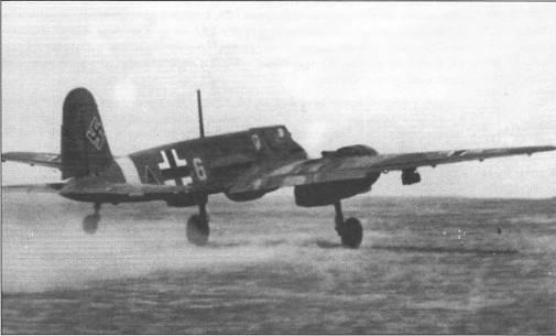 Штурмовик Hs-129B-2 желтая «G» принадлежал II./Sch.G.l, снимок сделан летом 1942 г. Штурмовик вооружен подфюзеляжной 30-мм автоматической пушкой МК-101, которые появились на вооружении Хеншелей в июне 1942 г. Под правой плоскостью крыла подвешена 50-кг бомба SC-50. Для борьбы с советскими танками летчики Hs-129B предпочитали использовать 30- мм пушки, а не бомбы.