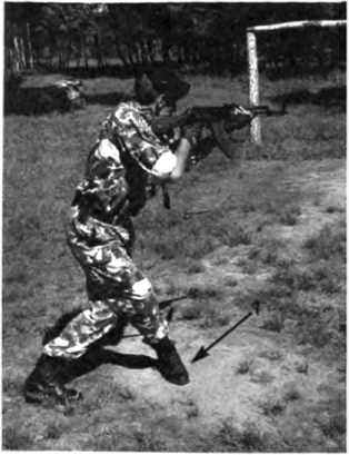Фото 85. При появлении цели автомат вскидывается усилием левой руки, стрелок становится в стойку