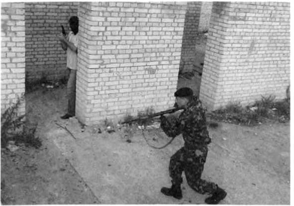 Фото 123. Появление опасной цели справа от сотрудника при его зашагивании правой ногой