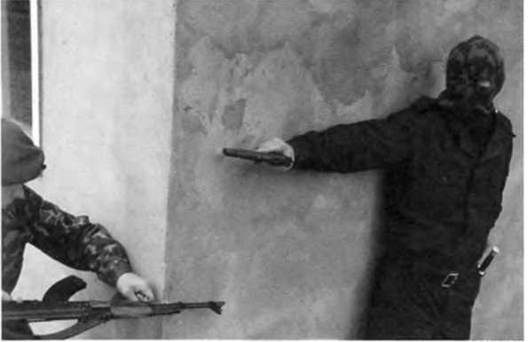 Фото 165. Момент поражения противника, находящегося за углом слева от сотрудника