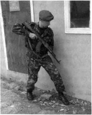 Фото 166. Движение сотрудника вдоль стены, находящейся слева от него