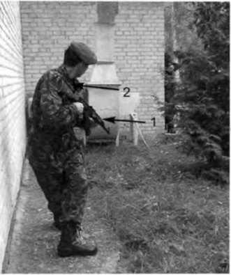 Фото 170. Выведение оружия на цель, появившуюся сзади: