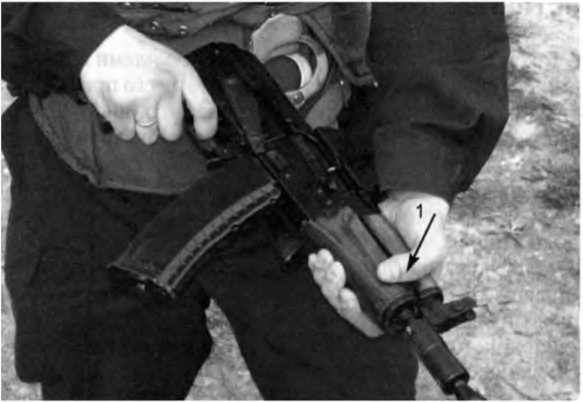 Фото 172. Стрельба «от живота» из АКСУ — 74