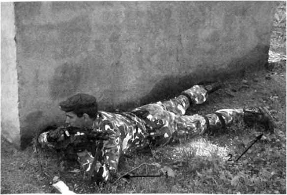 Фото 177. Выдвижение к позиции стрельбы в нижнем уровне с подтягиванием на локтях (1) и отталкиванием носками обуви (2)