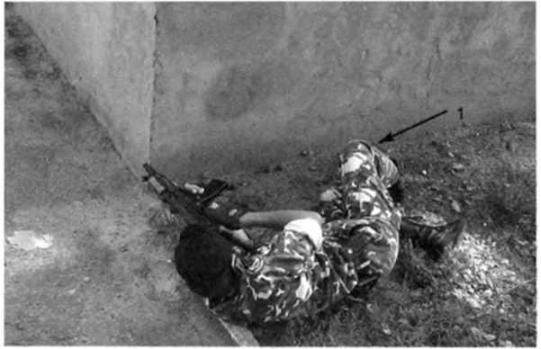 Фото 179. Для стрельбы повернуться на левый бок. подтянув к себе согнутую в колене правую ногу