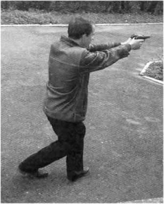 Фото 236. Вспомогательный способ стрельбы «по-македонски» с упором «коленом под колено»