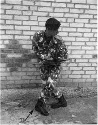 Фото 242. Левая нога зашагивает каблуком (1), развернутым вперёд
