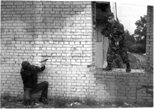 Фото 247. Противник находится справа от бойца, преодолеваюшего оконный проем. Боец практически обречен