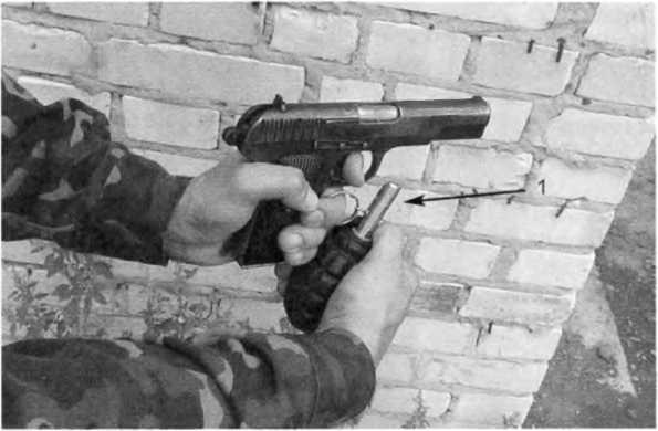 Фото 252. Кольцо (1) с чекой из запала УЗРГ-М выдёргивается средним пальцем и остается на нем
