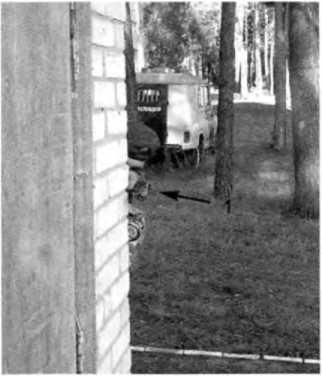 Фото 264. При работе в боковой изготовке сотрудник максимально укрыт от встречного огня. Пистолет (1) выдвинут минимально