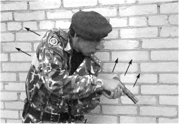 Фото 271. Выведение на цель оружия производится разгибанием корпуса без отрыва левого локтя от левой стороны корпуса