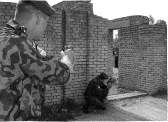 Фото 285. При движении на пустырях к пролому в стене или в заборе необходимо двигаться наискосок от пролома и на расстоянии 10-15 м друг от друга