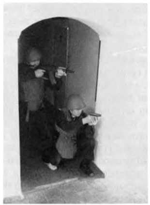 Фото 292. Стрельба через голову напарника