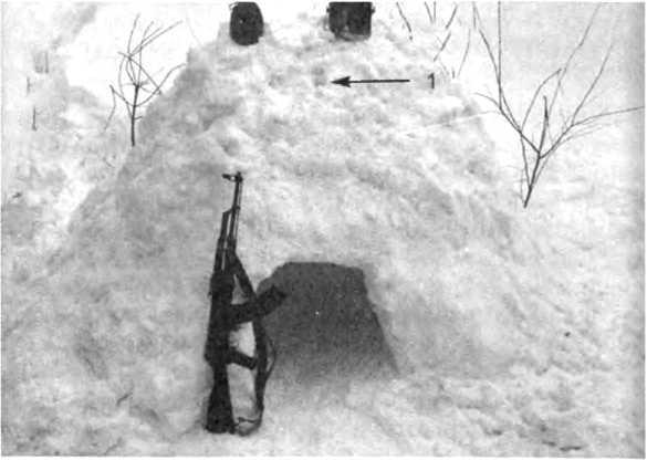 Фото 342. Извлеченный из сугроба снег насыпать сверху и осторожно утрамбовать его несильными, но резкими ударами 1 - вентиляционное отверстие