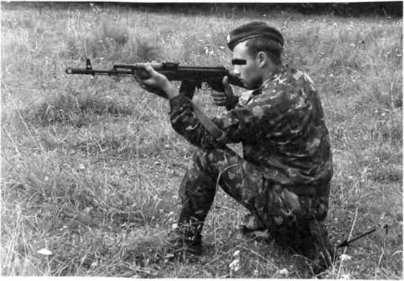 Фото 45. Стрельба с колена (слева). Стрелок сидит на каблуке (1) левого ботинка
