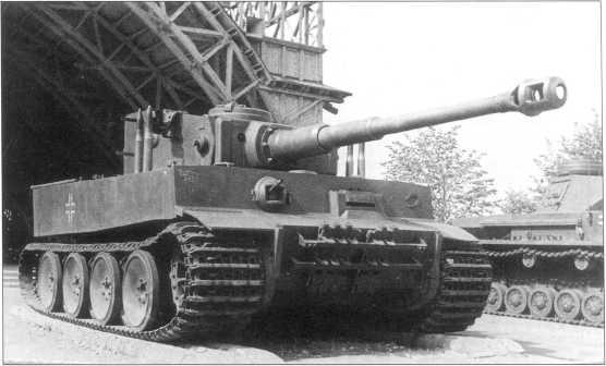 Тяжелый танк Pz.Kpfw.VI(H) «Тигр I» первых выпусков на выставке трофейной техники в Москве. Машина принадлежала 502-му тяжелому батальону танков вермахта. Июль 1943 года.