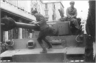 Танк «Тигр I» в городе Тунисе. Конец 1942 года.