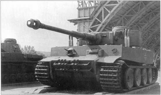 Pz.Kpfw.VI(H) первых выпусков, захваченный советскими войсками под Ленинградом (тактический номер танка — «100») на выставке трофейной техники. Москва, лето 1943 года.