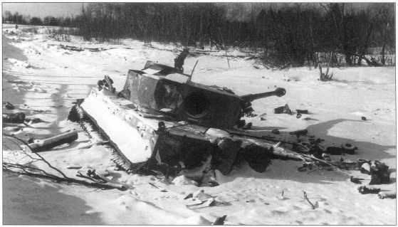 Тяжелый танк «Тигр I» 502-го танкового батальона вермахта, подбитый в районе Ленинграда. Вероятно, машина была подбита еще зимой 1943 года. Советско-германский фронт, февраль 1944 года.