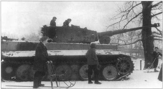Pz.Kpfw.VI(H) выставленный на всеобщее обозрение в районе Петропавловской крепости. Танк окрашен в желтый Dunkel Gelb, номер «221» черного цвета. Ленинград, февраль 1944 года.