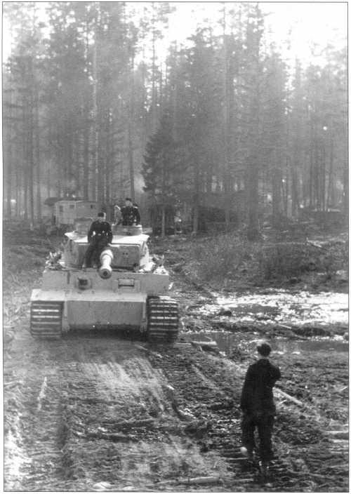 Pz.Kpfw.VI(H) меняет дислокацию. Советско-германский фронт, 502-й батальон, апрель 1943 года.