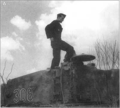 А. Башня танка «Тигр I» с тактическим номером «308» (номер красный с белой окантовкой). Судя по данной фотографии танк покрыт циммеритом (zimmerit). Машина окрашена темно-желтой краской Dunkel Gelb, по которой нанесены извилистые коричневые пятна-полосы. Советско-германский фронт, весна 1944 года.