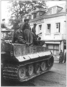 Pz.Kpfw.VI Ausf.E поздних серий (номер «213» черного цвета с белой окантовкой) в Нормандии. Танк имеет стандартный трехцветий камуфляж. Лето 1944 года.