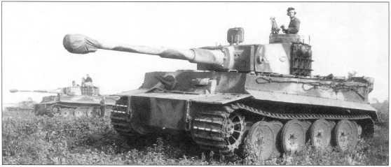 «Тигры» 505-го батальона (номера «114», «214», «321») в боях на Курской Дуге. Только один из них имеет (фото А) символику подразделения. Советско-германский фронт, июль 1943 года.