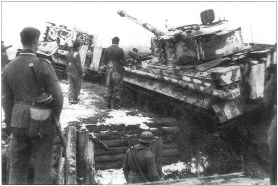 «Тигры» 505-го батальона переправляются через ров. Февраль 1944 года.