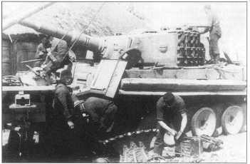 Ремонт штабного танка в полевых условиях. Лето 1944 года.