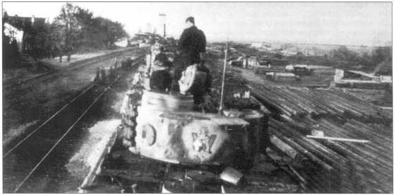 Эшелон с танками 507-го батальона. На ящике для инвентаря хорошо видна эмблема подразделения. Осень 1943 года.