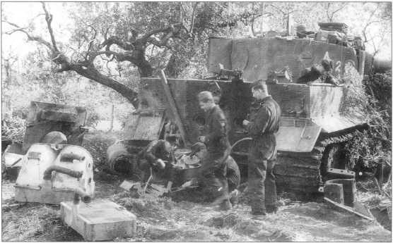 Ремонт танка «Тигр I» на <a href='https://arsenal-info.ru/b/book/187274158/1242' target='_self'>итальянском фронте</a>. Март 1944 года.