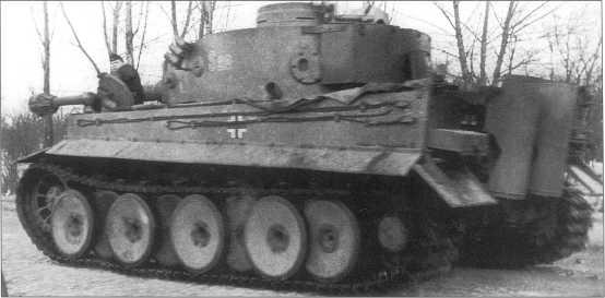 «Тигр I» окрашенный желтой Dunkel Gelb в боях за Харьков. Номер машины (обведенный белой краской) — «S20». Советско-германский фронт, март 1943 года.