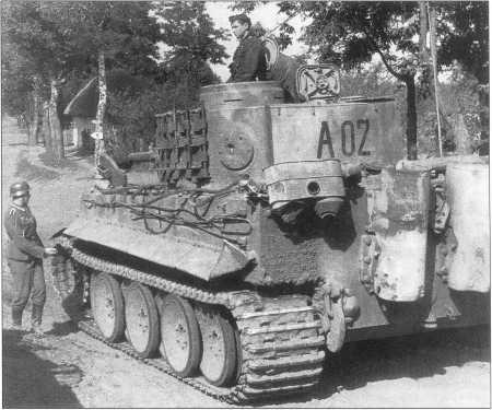 Pz.Kpfw.VI(H) с номером «A02» (черного цвета) в районе Ахтырки. 13-я рота дивизии вермахта «Великая Германия». Курская Дуга, лето 1943 года.