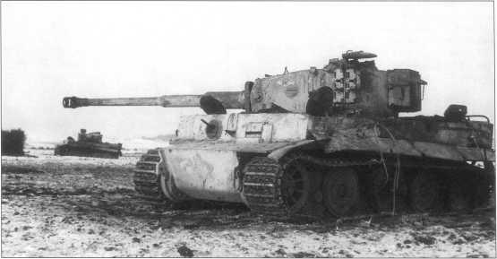 «Тигры» 301-го батальона тяжелых танков, подбитые в районе Гиленкирхена (Geilenkirchen). Машина поздних выпусков, покрыта циммеритом (zimmerit) и окрашена белым маскирующим составом. Западный фронт, зима 1945 года.