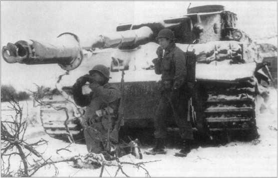«Тигр» из состава роты «Хуммель» («Hummel»), подбитый американскими войсками. Машина позднего периода выпуска покрыта циммеритом и имеет стандартный трехцветный без тактических обозначений. Западный фронт, февраль 1945 года.