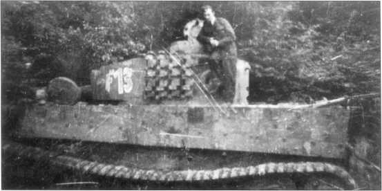 «Тигр I» из состава роты Ферманна (Fehrmann). Машина окрашена в зеленооливковый цвет, номер танка — голубой, окантовка — белая. Западный фронт, апрель 1945 года.